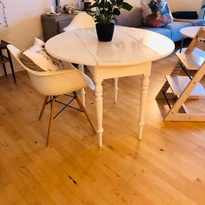 Smukt gammelt hvidmalet Spisebord udslået 100x100cm  47 cm når siderne er slået ned.