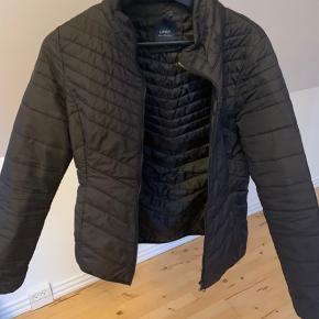 Sælger denne ONLY jakke i str. S, pga. den er for lille. Jakken kommer fra et ikke ryger hjem🌸