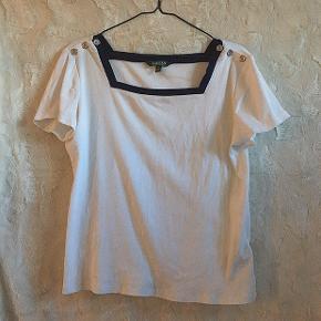 """Super fed Ralph Lauren T-Shirt med """"sømands knapper"""" ved skulderne. Str XL, men passes også af en almindelig Large 🌸"""