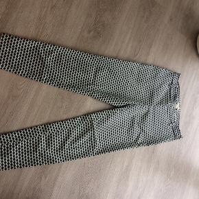 Lækre bukser fra h&m.  Lukkes med lynlås i siden.   Se også mine andre annoncer.