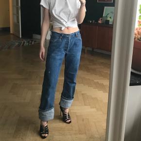 Jeg sælger de her fede Levi's jeans i en størrelse 30/32, som svarer en stor medium 😊 Jeg er en normal small (28/30 i Levi's) og har sat dem på hofterne, så det giver et 'afslappet'/90'er look.  Bukserne er i en flot, vintage stand. Jeg er 1.65 høj og har foldet dem op.