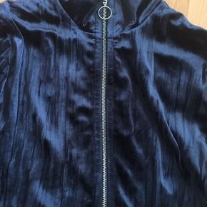 Superlækker velour bluse, højhalset i mørkeblå farve, har kun været på en gang og syningen nederst er gået op, men ingen betydning, helt som ny.