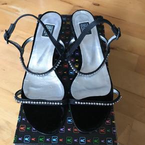 Helt nye sandaler med lille hæl i skind og velour med similisten. Almindelig str. 37  Køber betaler fragten  Bytter ikke