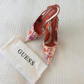 Meget spidse sling bag sko med sjovt mønster. Hæl ca 8 cm. Brugt en gang. Da snuden er lang og spids, er der et lille skrab under snuden. Dette kan ikke ses. Skopose medfølger.  Sko Farve: Orange/mønster
