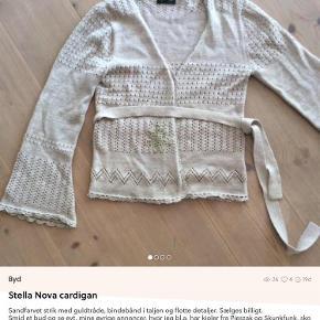 Varetype: Cardigan Farve: Sand, guld Oprindelig købspris: 499 kr. Prisen angivet er inklusiv forsendelse.  Sælges billigt, så smid et bud og se evt også mine øvrige annoncer, hvor jeg bl.a. har smukke kjoler fra Pieszak og Desigual, toppe fra By Malene Birger, Soaked in Luxury og MbyM, en herreblazer fra Bruuns Bazaar, en herrelæderjakke fra Converse, en splinterny clutch fra Depeche og en lækker regnjakke fra Rains :-)