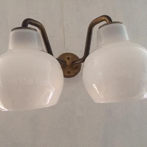 """""""Christiansborg"""" pendel, 2-armet designet af Wilhelm Lauritzen i 1950'erne. Stel af messing, skærme af mundblæst opalglas. Lampen giver et godt blødt lys. Mål 25x33x33cm. Standen er super fin, skærme fuldt intakte, ingen skår eller ridser. Messing fremstår med patina, men kan sagtens pudses op. Vurderet af Bruun Rasmussen. Kontant eller mobilpay ved afhentning."""