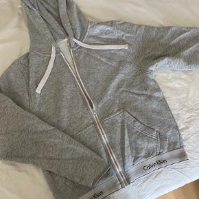 Calvin Klein Hættetrøje til piger  Str. SMALL Befinder sig i Albertslund/Jyllinge Den er brugt, og har mindre brugsspor. Men stadigvæk i fin stand (synes jeg) Kan sendes for egen regning