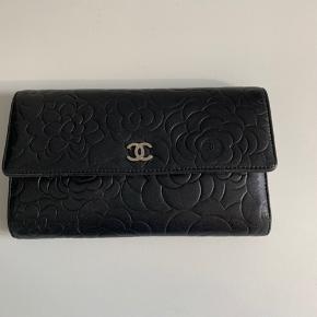 Overvejer at sælge denne Chanel Wallet Camellia med sølv hardware.  Kan bruges som pung og clutch. Der er plads til kort, sedler, iPhone og har lynlås.   Måler 20x12  Nypris ca 7500