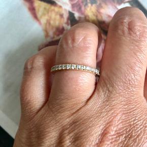 Fin ring i forgyldt sølv og hvide zirkoner. Str. 58.   Bytter ikke!