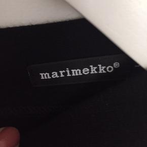 """Fin sort bluse fra Marimekko i størrelse  Large. Blusen og ærmerne er skåret i det samme stykke stof. Stoffet falder """"lidt tungt"""". Mål fra under ærme til under ærme: 2 x 57 cm og mål fra skulder og ned foran: ca.66 cm. MP kr. 100,00 pp - Bytter ikke."""