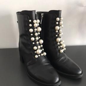 Flotte støvler med perler foran. Desværre passer de ikke til min fod. De er kun brugt en enkelt gang.