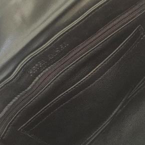 Varetype: Clutch Størrelse: Alm Farve: Grå Oprindelig købspris: 1699 kr.  Smuk taske - kun brugt et par gange så som ny. Har matchende stilletter i anden annonce.