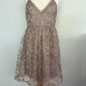 Super sød og flot kjole fra Buch Copenhagen i str S Lille hul (bill 4) har ingen betydning men skal dog nævnes