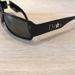 Smalle solbriller fra Dior med pynt på siden.