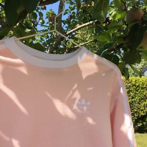 Fin langærmet t-shirt fra Adidas. Er i god stand, sælger da jeg ikke får den brugt. 180kr eller kom med et bud
