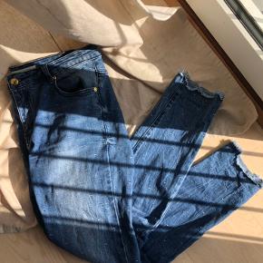 Fine jeans fra Sofie Schnoor med søde detaljer. Brugt få gange på job❤️  Materiale: 99% cotton og 1% elastane  Nypris: 699,- Min pris er fast❤️ Køber betaler fragt