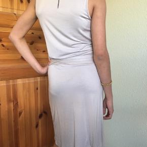 Kjole i lækkert jersey stof. Mrk By Groth. Str S. Farve lysegrå. Den er helt ny og med mærke på. Hentes i Hvidovre.