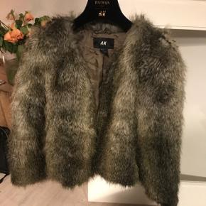 Fake fur fra H&M. Kan hentes på Frederiksberg eller sendes med DAO.