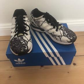Fed Adidas-sneaks med fint mønster og blank overflade.   Brugt få gange, men meget lidt slid.   Bud modtages også.