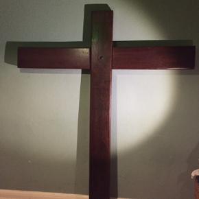 Super flot rustikt stort kors lavet i mahogni fra Sydamerika , kan skilles i to dele og er flot som dekoration . Højden er 185 og bredden er 156 😊 er til at handle med så kom med et bud