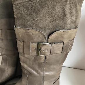 Varetype: Biker støvler Farve: Se fotos  Lækre støvler, der har levet deres liv i ejerkvindens skab.  Modellen er i en blanding af glat skind og ruskind i et råt, lidt slidt, changerende look. Farven vi jeg kalde oliven......grønbrune.  Skafthøjde: 33 cm Skaftvidde øverst: 2x20 cm Normal str. 40.  MP: 450PP
