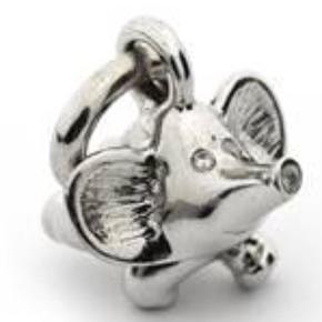 Brand: Karin Borup Varetype: Vedhæng Størrelse: OZ Farve: Sølv  Fin elefant i sølv med 7 diamanter.  Ikke nem at fotografere, så den kommer til sin ret.  Man kan evt prøve at Google den, for bedre billeder og beskrivelse.  Prisen er fast og bytter ikke.