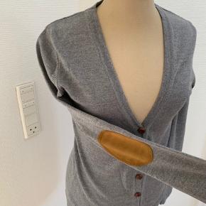 Super lækker cardigan med læderknapper og ruskind på albuerne. Brugt meget lidt.  Fra røg og dyrefrit hjem☺️ Køber betaler fragt.
