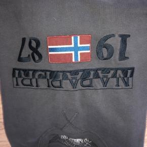 Fed trøje sælges, brugt 5 gange  Det er XXL men jeg syntes den svarer til xl som er min størrelse