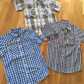 Brand: Benetton, ukendt  Varetype: 3 fine kortærmede skjorter  Størrelse: 10-11år Farve: Blå De er nærmest ikke brugt, som nye. Sælges for 100+ for alle 3 stk