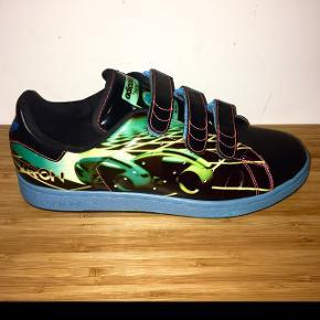 """Adidas Stan Smith TRON Adicolor BL4 Str. 42 2/3 - fitter 42-43. Har smidt disse lækre sjældne sko op, da jeg tænkte at de nu måtte gå videre til den """"rigtige"""" TRON fanatiker.  Jeg har kun haft dem på en enkelt gang.  Jeg ønsker derfor kun seriøse bud, med forståelse for hvor svært det er at finde denne sko i så perfekt en stand. Det er en limited edition varer fra Adicolor Adidas, så den bliver aldrig produceret igen. Skoen er 12 år gammel.  Skriv hvis i vil have flere billeder.  Box haves."""
