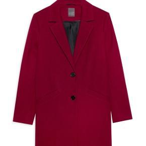 Rød frakke fra primark. Aldrig brugt. Np 200kr. Byd gerne🌸