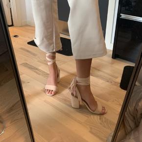 Bindebånd, sandaler, stiletter.  Kan bindes på forskellige måder