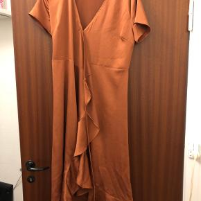 """Der er syet en lille hægte på i brystet, som giver bedre mulighed for at kjolen ikke """"glider til siden"""" (se billede 2 og 3)."""