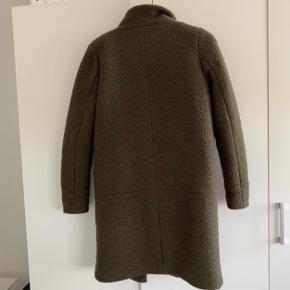 Brugt en enkel sæson hvor der var flere jakker i brug. Varm vinterjakke i fin farve. Billederne beskriver farven som den er. Skulder til skulder er cirka 40 cm og længen måler fra skulder cirka 88 cm  Fra armhulen og ud måler den 43-44 cm cirka Prisen er faat