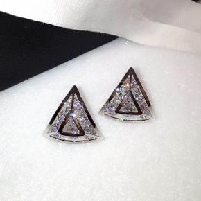 Farve: sølv Materiale: krystaller og guldbelagt  Str.: 2.2CM*2CM  leveringstiden: 3-5 dage