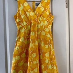 Forrygende 70'er-stil kjole i A-facon! Skåret under brystet. En rigtig skøn sommer kjole! Lynlås i ryggen. Længde: 80 cm fra skulder, går til midt på låret (når man er 168cm høj)  Opbevaret i røgfrit hjem uden kæledyr