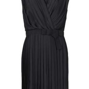 """Varetype: Kjole Farve: Sort Oprindelig købspris: 2500 kr.  Virkelig smuk """"Gatsby"""" kjole... Helt ny - aldrig brugt.    Bytter ikke."""