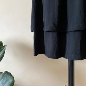 Nr 99  En lækker 2 lags nederdel fra Moss Copenhagen. Materialet er 100% Polyester. Farven er sort.  Byd endelig - og husk at tjekke mine andre annoncer igennem 😉  Vi kan mødes og handle i København ellers sendes varen med DAO på købers regning 🕊