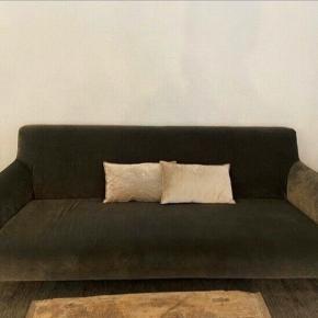 Lækker mørkegrå veloursofa. Købt i interiør butik på Frederiksberg. Nypris: 13.000kr  Måler 205cm x 80cm