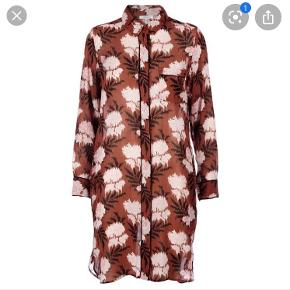 Ganni kjole. Model: Monette Georgette Dress i farven Brandy Brown. Det er en skjortekjole med knapper.