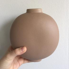 Vase fra Bloomingville i rosa farve. Den måler 16 cm i højden og 15 i bredden. Den fejler ingenting. Farven vises bedst på sidste billede.    Den kan afhentes i Århus C