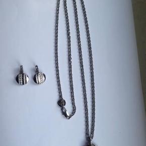 Halskæde og øreringe fra Dyrberg/Kern.  Kædens længde: 80 cm.  Øreringenes højde: 2,5 cm.