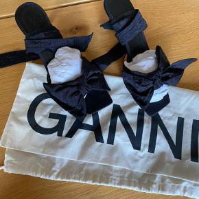 Smukkeste sko fra Ganni. Brugt et par timer til mit bryllup. Fin stand, bortset fra lille afslag (se billede.)