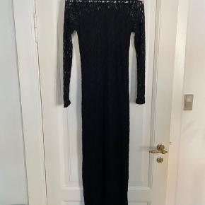 Minimum lang kjole i blonde stof. Kjolen er tætsiddende. Passer en XS og lille S. Brugt få gange.