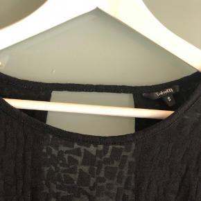 Lækker bluse med åben ryg og halvgennemsigtig stof med mønster 🖤 Køber betaler fragt  Byd gerne - vi kan også aftale mængderabat, hvis der købes flere stykker tøj på min side ☺️