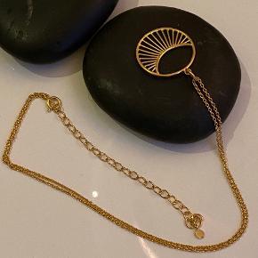 Daylight halskæde, 18 karat guldbelagt, vedhæng 22 mm diameter, kæde 40-48, kan justeres, uden brugstegn