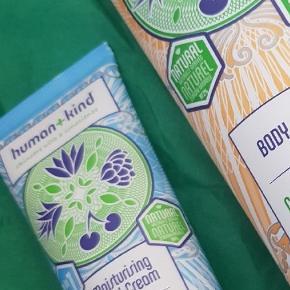 2 stk veganske Human + Kinds sælges samlet.  Body Souffle på 200 ml Nypris 125 kr.  Og ansigtsfugtighedscreme på 75 ml. Nypris 209 kr.