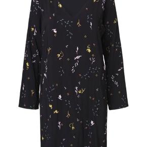 Flot kjole fra Stine Goya.   Den sælges for 500 + porto eller kan afhentes på Østerbro :-)