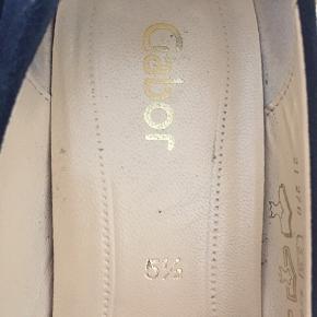 Mega fede høj hælede fra Gabor. Brugt få gange. Sort ruskind. Ingen slid på ruskindet eller rundt om hælen. Kan selvfølgelig ses under sålen at de har været brugt få gange.