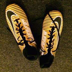 Indendørs fodboldstøvler. For små og derfor næsten ikke brugt. Meget velholdte! Ved forsendelse med Post Nord + 65kr for pakkeporto.